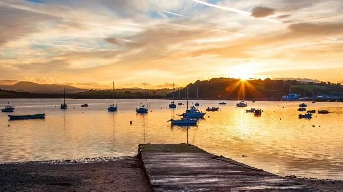 Goldenes Sonnenlicht am Bantry Pier